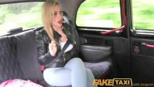 Puttana bionda fottuta da un tassista